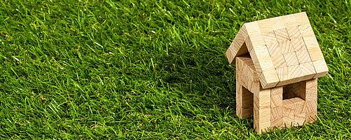 Immobilienberatung bei Baron Investment - Spielzeughaus auf Wiese